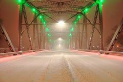 Lumières vertes et rouges sur le pont de Coverd de neige Photo stock