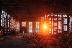 Lumi?re du soleil de coucher du soleil dans le grand b?timent industriel abandonn? de l'usine d'excavatrice de Voronezh image libre de droits