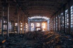 Lumi?re du soleil de coucher du soleil dans le grand b?timent industriel abandonn? de l'usine d'excavatrice de Voronezh image stock