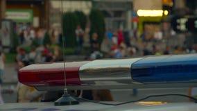 Lumi?res clignotantes de police sur la rue de ville banque de vidéos