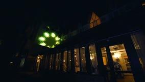 Lumiere de los rayos de punto de luz que destella y centelleo en los árboles - concierto en la noche y el humo celebrador metrajes
