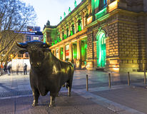 Luminale 2014年-与公牛的雕象的被阐明的证券交易所在晚上在法兰克福 库存图片