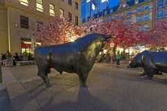 Luminale 2014 - a bolsa de valores iluminada com as estátuas do touro e do urso na noite em Francoforte Fotografia de Stock