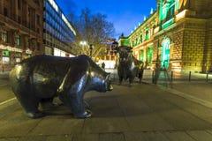 Luminale 2014 - a bolsa de valores iluminada com as estátuas do touro e do urso na noite em Francoforte Fotos de Stock Royalty Free