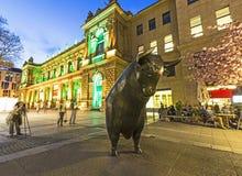 Luminale 2014 - bourse des valeurs lumineuse avec la statue d'un taureau la nuit à Francfort Image libre de droits