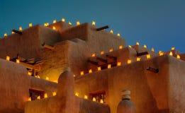 Luminaria sulla costruzione dell'adobe Immagini Stock Libere da Diritti