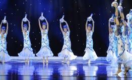 Lumineux et ouvert ---Danse folklorique de porcelaine bleue et blanche Photographie stock