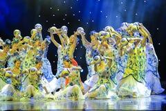 Lumineux et ouvert ---Danse folklorique de porcelaine bleue et blanche Images stock