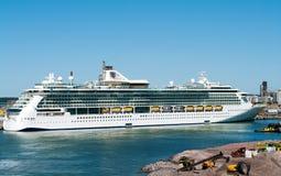 Luminosità della nave passeggeri dei mari in porto di Helsinki, aletta fotografia stock