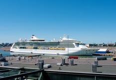 Luminosità della nave passeggeri dei mari in porto di Helsinki, aletta immagini stock libere da diritti