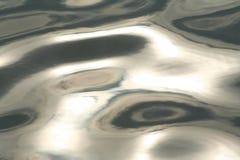 Luminosità nei toni in bianco e nero del modello scuro e bello delle onde di acqua fotografia stock libera da diritti