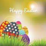 Luminoso e Sunny Easter Eggs sopra un fondo di pendenza Fotografia Stock