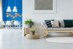 Luminoso rilassi la stanza con pittura Immagini Stock