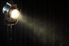 Lumière d'endroit de théâtre de cru sur le rideau noir Image libre de droits