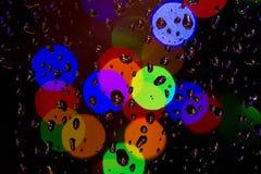 Lumières de pluie et de Noël Photographie stock libre de droits