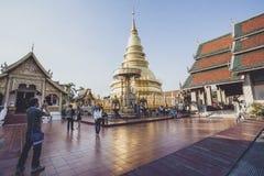 LUMPHUN THAILAND - JANUARI 8,2016: turist som tar ett fotografi i w Royaltyfria Bilder