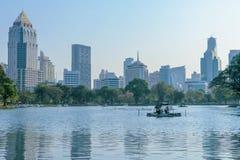 从Lumpini公园的商业区都市风景是位于在Silom和Sukhumvit路之间的那个城市少校公园 免版税库存照片