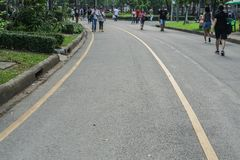 Lumpini公园/曼谷- 2018年1月17日:步行和锻炼的曲线连续道路 免版税库存照片