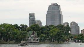 Lumpinipark in Bangkok Mooi meer in een groen Park naast wolkenkrabbers Rustig stedelijk landschap stock footage