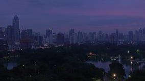 Lumpinipark timelapse van nacht aan dag, de stad van Bangkok, Thailand stock video