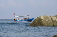 LUMUT, MALÁSIA - 17 DE DEZEMBRO DE 2017: o grupo de turista aprecia explorar a ilha de Pangkor situada em Malásia pelo barco da v Imagens de Stock Royalty Free