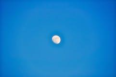 Luna azul del día Foto de archivo libre de regalías