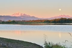 Luna azul llena sobre el Mt Panadero y montaña de tres hermanas Foto de archivo