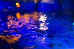 Luna blu scuro dello stagno di acqua della sfuocatura il mare profondo riflette nella notte fotografia stock libera da diritti