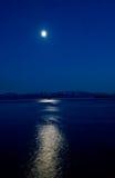 Luna blu sopra l'Alaska Immagine Stock