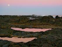 Luna che aumenta sopra i rockpools Fotografia Stock Libera da Diritti