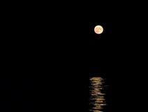 Luna che aumenta sopra il mare Immagini Stock