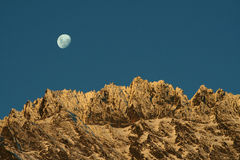 Luna che aumenta sopra Remarkables Fotografia Stock