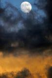 Luna che lucida sopra le nubi di tempesta Immagini Stock Libere da Diritti