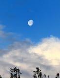 Luna con las nubes, Coquille, Oregon, el condado de Coos de la luz del día de la mañana foto de archivo libre de regalías