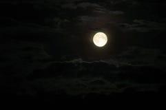 Luna con le nuvole alla notte Fotografia Stock