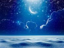 Luna creciente en cielo estrellado de la noche azul marino sobre el campo nevoso, b Imagen de archivo