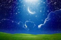 Luna creciente en el cielo estrellado azul marino, haz luminoso brillante de SK ilustración del vector