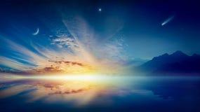 Luna creciente, nubes que brillan intensamente, estrella brillante y cometa sobre el mar sereno imagenes de archivo