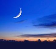 Luna crescent en la noche imagenes de archivo
