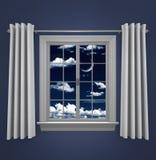 Luna crescente in cielo notturno che splende attraverso una finestra della camera da letto Fotografie Stock Libere da Diritti