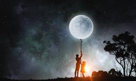 Luna de cogida de la gente Imagenes de archivo