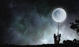 Luna de cogida de la gente Imágenes de archivo libres de regalías