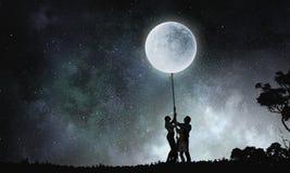 Luna de cogida de la gente Imagen de archivo