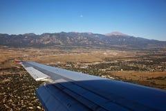 Luna de la mañana sobre Colorado Springs, Colorado imágenes de archivo libres de regalías