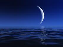 Luna de la noche sobre el agua Imagen de archivo libre de regalías