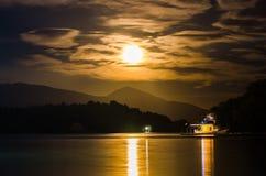 Luna de la puesta del sol Fotos de archivo libres de regalías