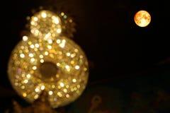 Luna de la sangre completa en la luz de la falta de definición del cielo nocturno de la lámpara en buddhis imagen de archivo libre de regalías