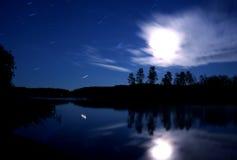 Luna de las nubes de estrellas de la noche del lago Foto de archivo