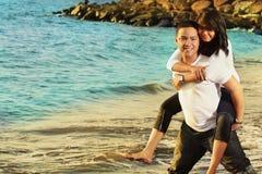 Luna de miel de los pares en la playa Imagen de archivo libre de regalías