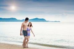 Luna de miel romántica del viaje de los pares que camina jovenes en la playa Fotos de archivo libres de regalías